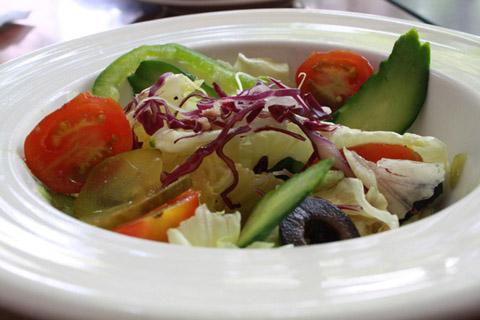 餐點來囉~清爽的沙拉最適合炎熱的高雄了。