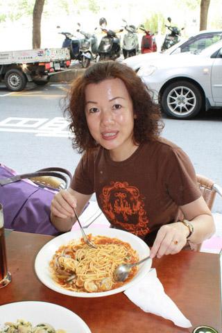 這位姐姐點的是茄汁白酒蛤蠣,忍不住想再說一次,蛤蠣真的很大