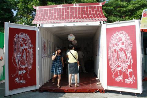 來到品牌貨櫃屋區,概念是將貨櫃當成藝廊來展示作品