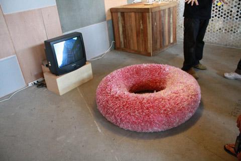美麗轉世,理應被丟棄的塑膠帶連接頭所做成的甜甜圈椅