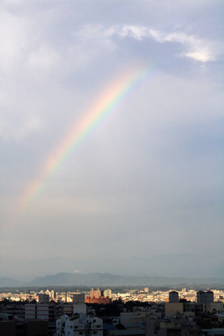 右上方的雲好像一隻手掌在吸彩虹喔~