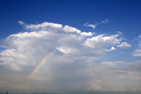 伴著雨後天晴的來臨  淡淡的一撇