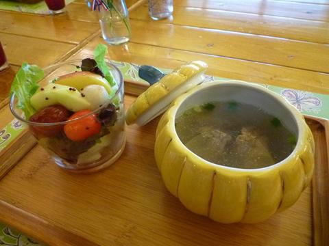 套餐的沙拉和湯品,看到這裡眼尖的人有沒有覺得很眼熟?