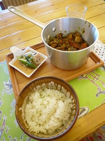 我點的燉煮雞肉咖哩飯很不錯吃,雞肉軟到爆,可惜咖哩不辣!