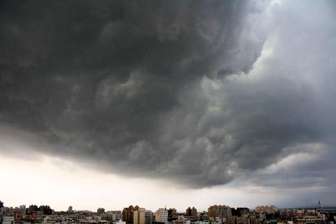 另一頭更可怕><好大一塊厚重的烏雲伴著突來的強風