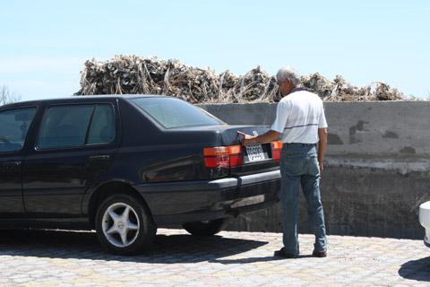 陳爸爸在確認車子的刮痕中