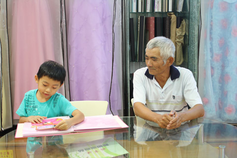陳爸爸溫柔地看著孫子,突然覺得陳爸爸這角度有點像老版江文賓