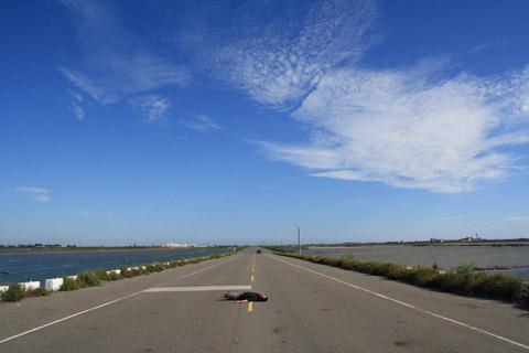 痣好躺在柏油路上都快焦了,這條廣闊的路真的很美