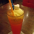 其實是冰淇淋店,這杯紅珊瑚是橘子汁調酒加一球芒果冰淇淋150