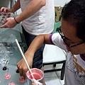 痣好打算將拼克帶來的新鮮櫻桃弄成草莓口味,看起來賣相好好~