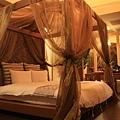 房裡有二張大床,這張是有浪漫垂紗的帷柱床,可惜被痣好搶走了