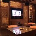 客廳電視的後面就是剛才的床,電視可以180度轉唷