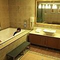 還有按摩浴缸及電視呢!瞧瞧我站在哪兒~這裡真大