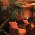入口擺了二張藤椅和棕梠樹造景,橘色調帶出南洋小島日落下的氛圍