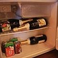 鼻耳帶的六瓶香檳硬塞在小冰箱裡