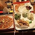 晚餐是二個大pizza 以及鼻耳超愛的鹹酥雞,好好吃~