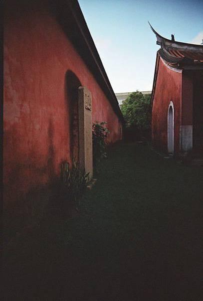 歷史的紅圍牆,微暗的紅牆挺有感覺