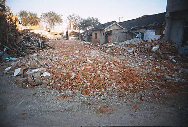 滿地的碎紅磚 好像眷村在流血
