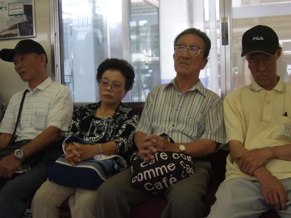 今天有活動~要坐電車先回家一趟。對面一排老人都太有特色讓我好想拍~