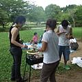 場景一下就到換公園了,今天是烤肉會耶但不熟不太敢拍照。成員待會陸續介紹。