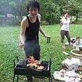 烤肉架與食材都是剛才去賣場採購來的,用的是取代木炭的環保易燒炭,但它的火勢實在不好掌握!