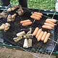 烤肉食材類似但多了熱狗,其中令我驚訝的是他們竟然不一邊刷上醬汁一邊烤肉或菜,而是倒醬汁在自己的碗裡沾著吃...