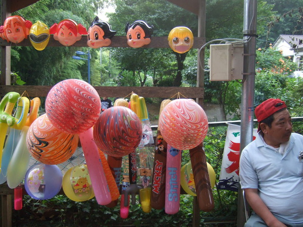 賣氣球和面具的大叔