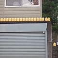神舎附近的一戶民宅外牆上排滿了謎樣的罐子