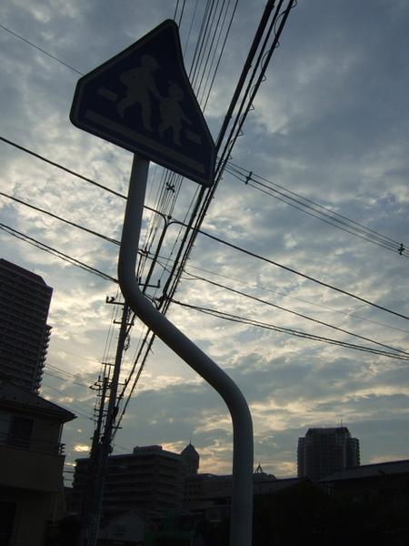 標示牌好像往天空指的箭頭