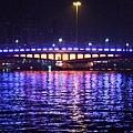 坐著欣賞水光倒影不錯耶 而且河不臭!!  和台南運河差粉多