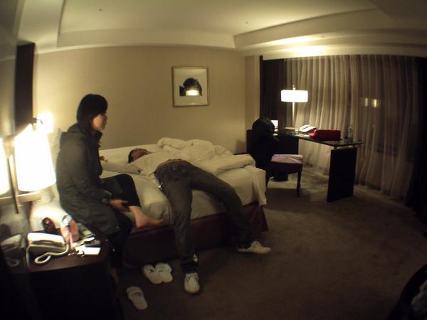 逛完夜市後一行人回到香格里拉吃魯味,順便看看員工價打折後一晚才50美金位於30樓高的房間有多好
