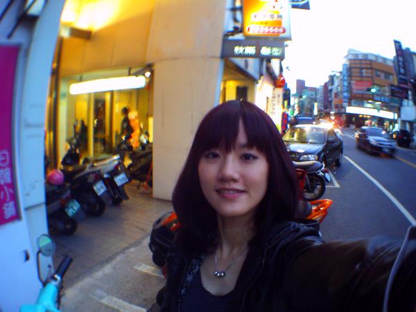 2/1 受不了被恥笑為髮片女孩所以去染深了,但我真的也很喜歡上次的髮色拉!可惜就是太淺長出來色差太大!