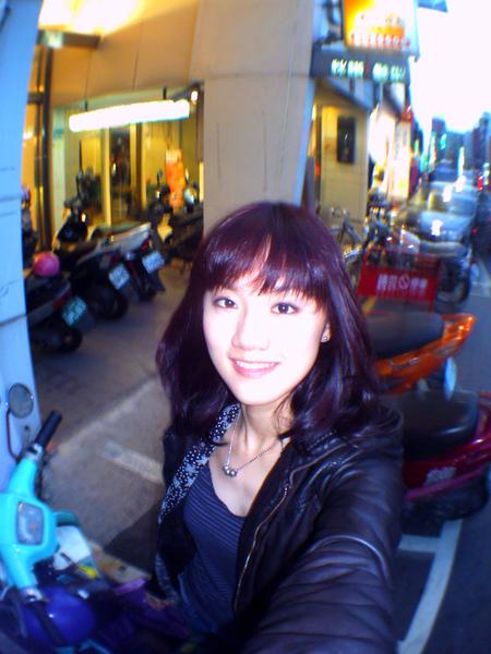 染完瞬間我以為我變黑髮了,打上閃光才發現是偏紅紫的深髮色~真酷!
