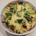 媽媽這份撒的起司比較多,溫度調成170度左右烤10分鐘,花椰菜就沒剛才的焦了耶~看起來好成功!