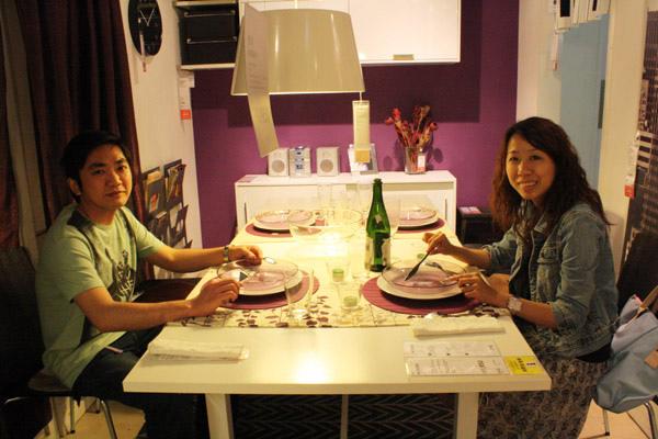 溫馨的餐桌 享用空氣大餐的二人