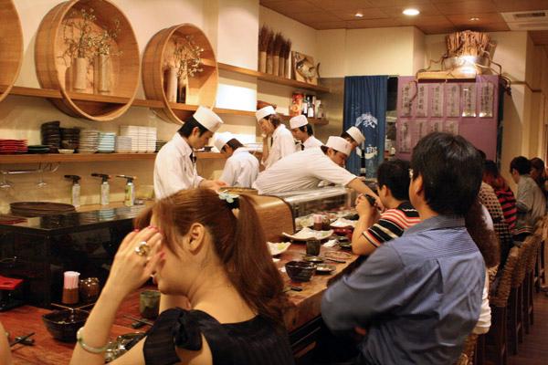 拼克朋友偶然發現的義郎日本料理店,光是站在枱前就有六位師傅,生意很好吶~