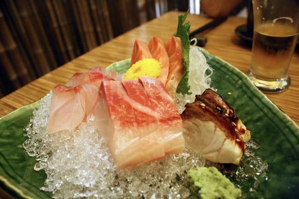 綜合生魚片240元 四個種類的魚肉都是鮮甜又好吃!