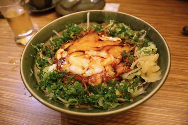 下一道是拼克讚不絕口的鮭魚洋蔥蓋飯 我們三人先合吃一碗大的140元