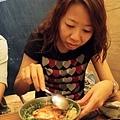把生鮭魚泥 生蛋黃 洋蔥 蔥花 與白飯一同攪拌均勻