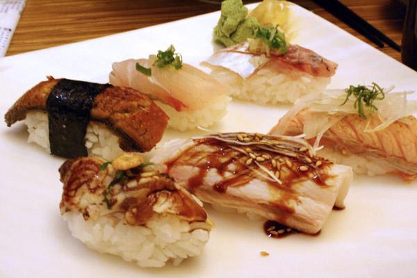 招牌握壽司6粒180元,六種口味都不一樣於是用猜拳決定!