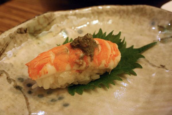 老汪點的鮮蝦+蟹膏握壽司40/粒,雖然醫生說他不能吃生冷及高膽固醇的食物但他還是吃了