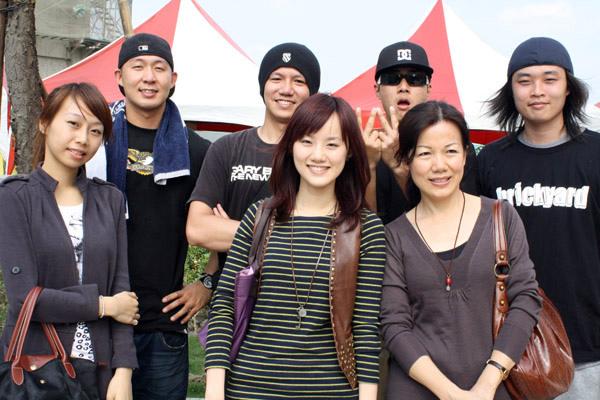 趁表演結束後和團員們來一張合照,左起是主唱 貝斯手 吉他手 鼓手,左邊女孩似乎是主唱的女朋友