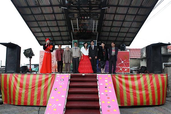 主婚人和新人一同上台敬酒是一定有的段子,台灣式電子舞台用在結婚場合裡總給我有種奇異感