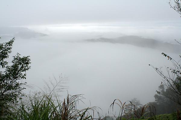氣象站後方放眼遼望過去,雲霧聚了又散,山頭才探頭出些許,卻又被雲霧蓋住,變幻莫測。
