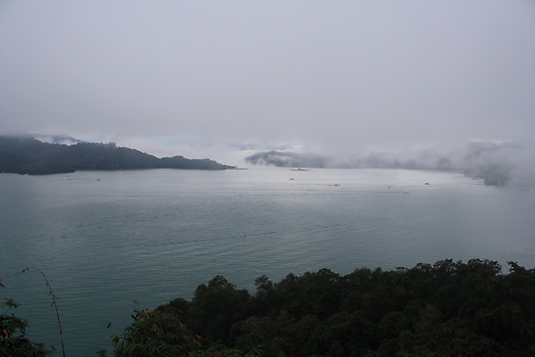 2/18 第二天一早仍是霧濛濛,飄得低低的雲霧與日月潭融在一伙兒了~我說,天晴有天晴的美,這兒陰天也美。