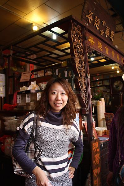 走在中山路上經過一家賣麵茶的店,懷舊心興起便停下來買了一杯三人合吃,有夠省!