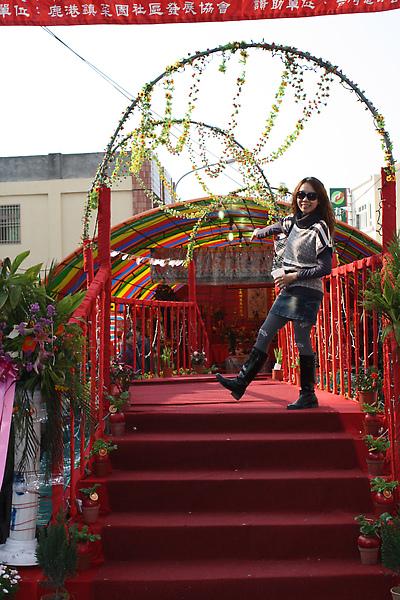 月老設在菜園路邊的臨時服務處,拼克adk相繼登上喜橋欲獲良緣!