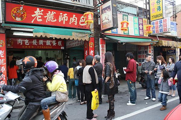 離開龍山寺走三民路左轉接中山路就碰到有名的老龍師肉包大排長龍