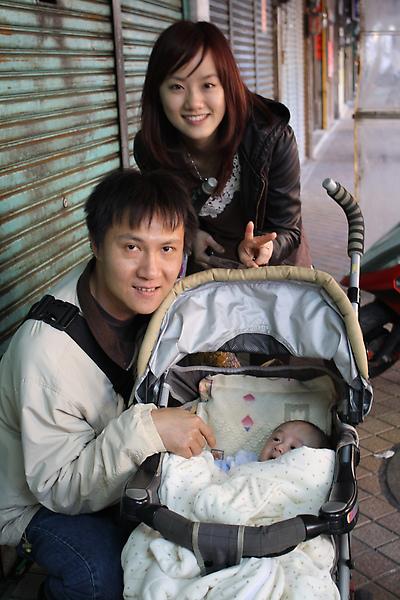 排隊巧遇剛要來買的政哲夫妻倆和他們可愛的小寶寶耶!有夠巧~就一起幫他們買了。