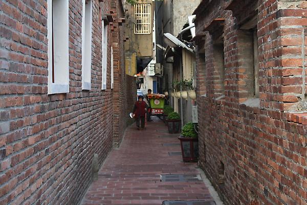 再往前,就是意樓旁的巷子